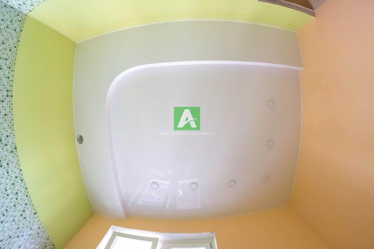 Двухуровневый потолок в гостиной с подсветкой